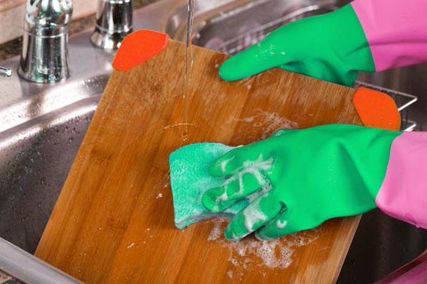 rửa thớt ngay sau khi dùng