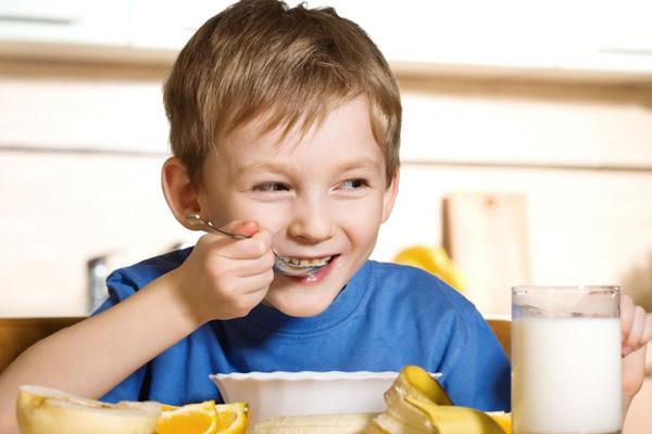 bữa ăn sáng quan trọng với bé