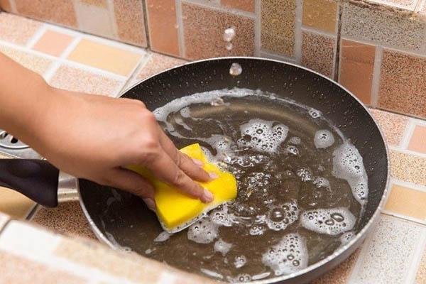 rửa chảo chống dính