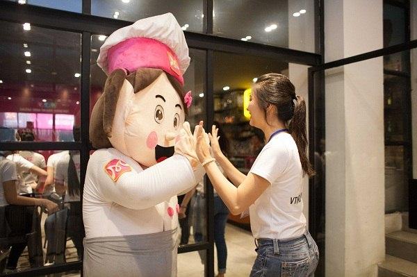 Hào hứng làm bánh và tham gia từ thiện