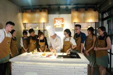 Diễn viên Ribi Sachi học nấu ăn gia đình tại HNAAu