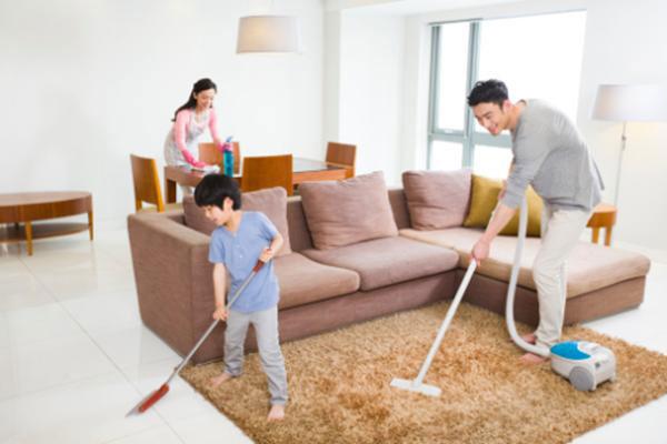 gia đình dọn dẹp nhà đón tết