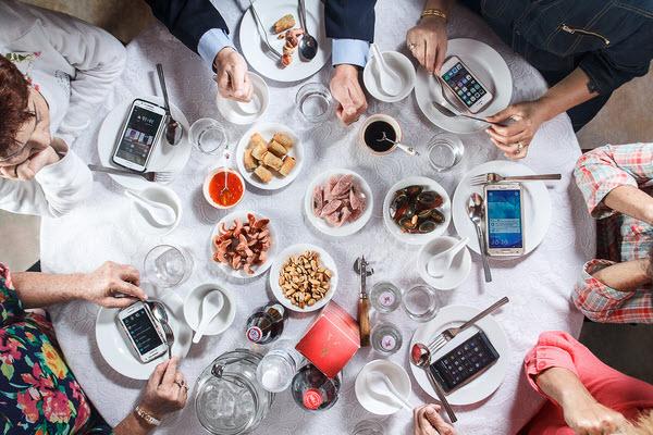 hình ảnh bữa cơm gia đình thời công nghệ