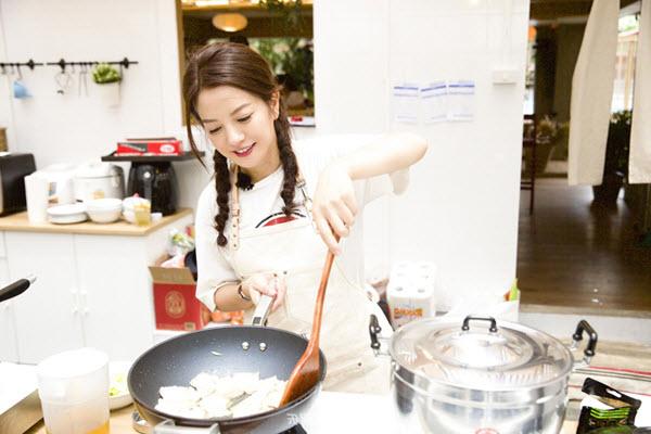 hình ảnh người phụ nữ bên bếp lửa