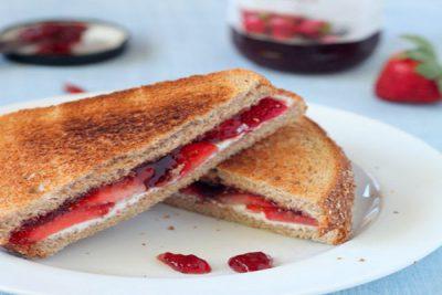 hình bánh mì sandwich dâu