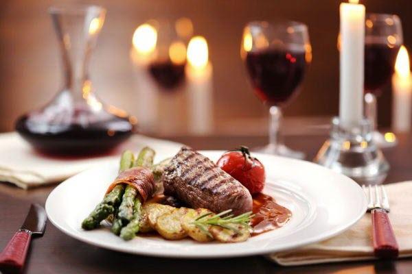 hình beefsteak và rượu vang