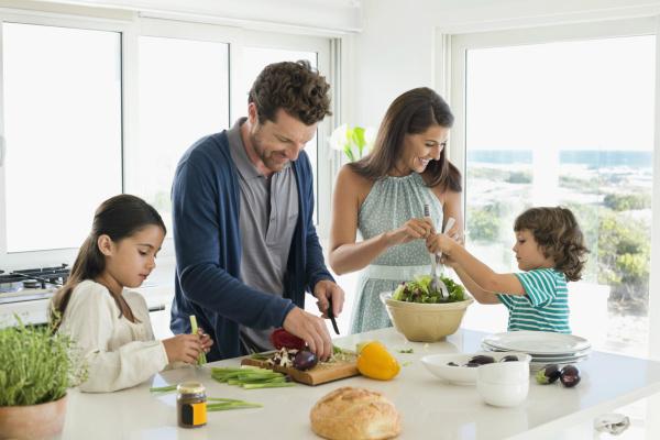 hình ảnh cả nhà cùng nấu ăn