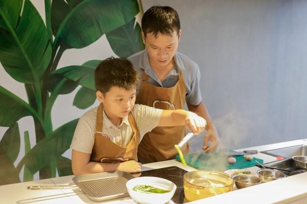 Sốt xình xịch các anh chồng đi học nấu ăn để chăm vợ đẻ