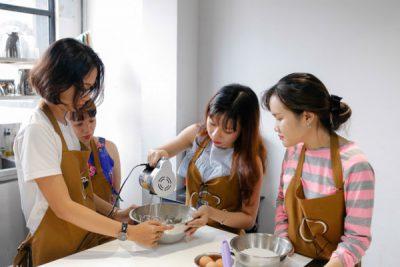 Hình chị em học nấu ăn