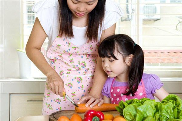 hình trẻ con khám phá bếp