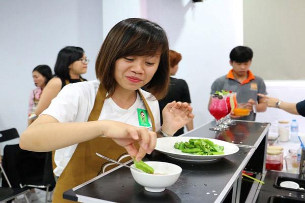 khách mời nếm thử món rau luộc