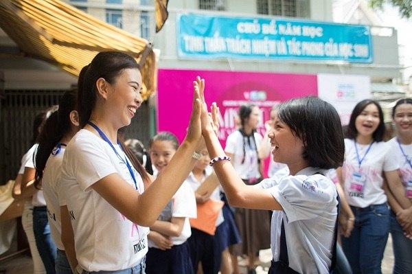 Niềm vui của các em nhỏ khi được các các Miss Áo Dài đến thăm