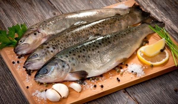 Sơ chế cá bằng bột để giảm mùi tanh