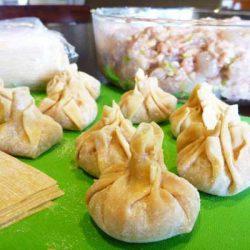 Cách gói và nấu hoành thánh đẹp mê ly như người Hoa