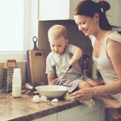 Những bài học tuyệt vời mà cha mẹ có thể dạy con từ trong bếp