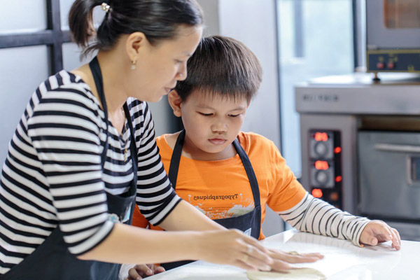 Hình trẻ em vào bếp