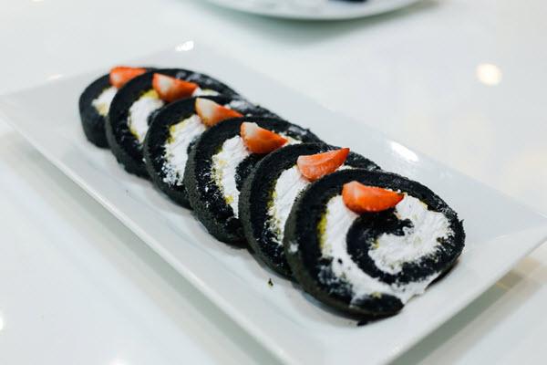 Màu đen đặc trưng của bánh