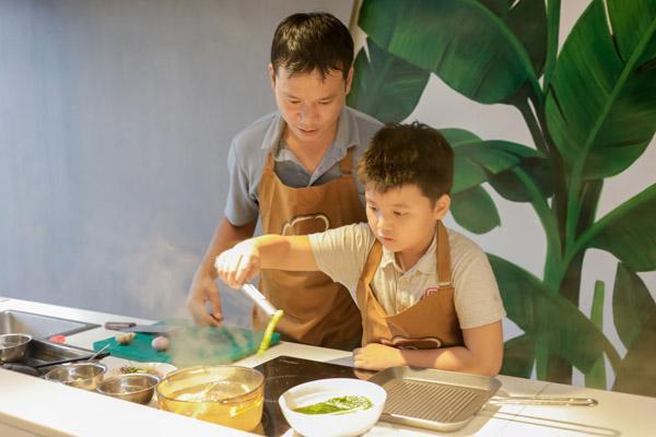 Hình dạy trẻ vào bếp
