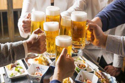 Hình người bệnh gout nên tránh bia rượu