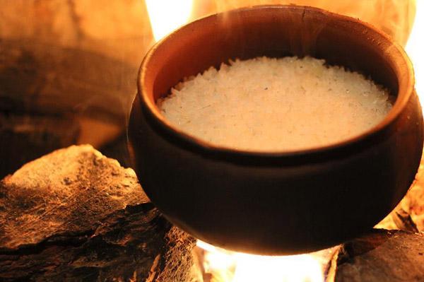 nấu cơm niêu bằng vửi hoặc lò nướng