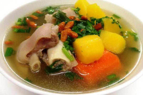 chân giò hầm khoai tây và rau củ