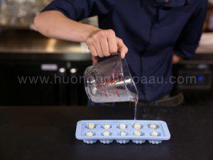 Đổ nước thạch vào khuôn có sẵn phô mai