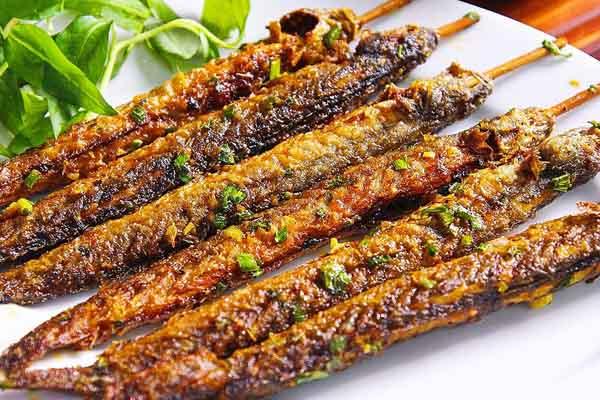cá kèo nướng cùng rau sống