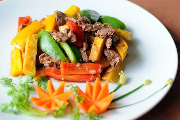 thịt bò xào khoai tây cà rốt