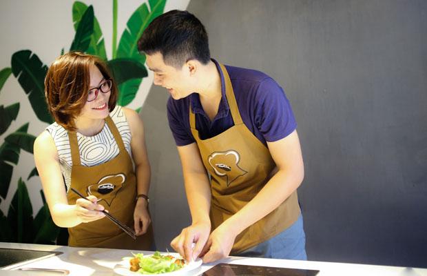 vợ chồng nấu ăn